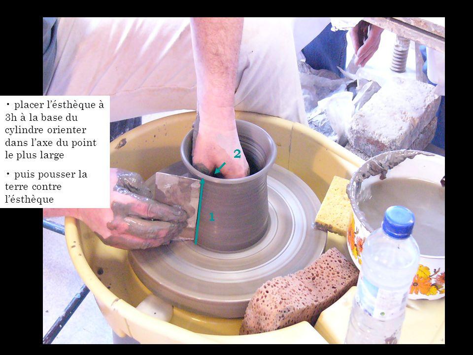 placer l'ésthèque à 3h à la base du cylindre orienter dans l'axe du point le plus large puis pousser la terre contre l'ésthèque 1 2