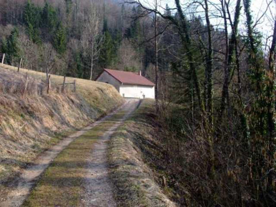 On rencontre quelques maisons solitaires uniquement occupées à la belle saison.