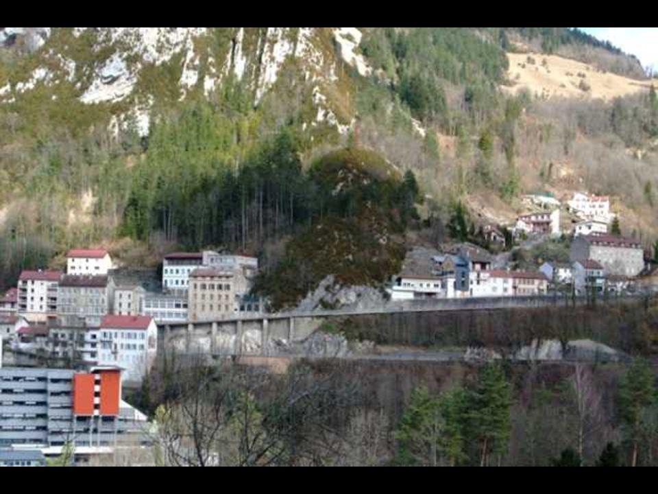 Sortie Sud-Est de Saint Claude, la « Montée de la Cueille » était la route vers la Suisse par Chaumont avant l'ouverture des « Lacets de Septmoncel ».