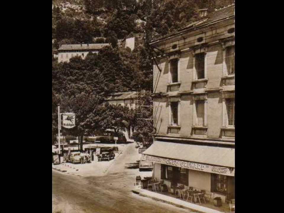 Dans les années 50, Jean Grenard devant son café