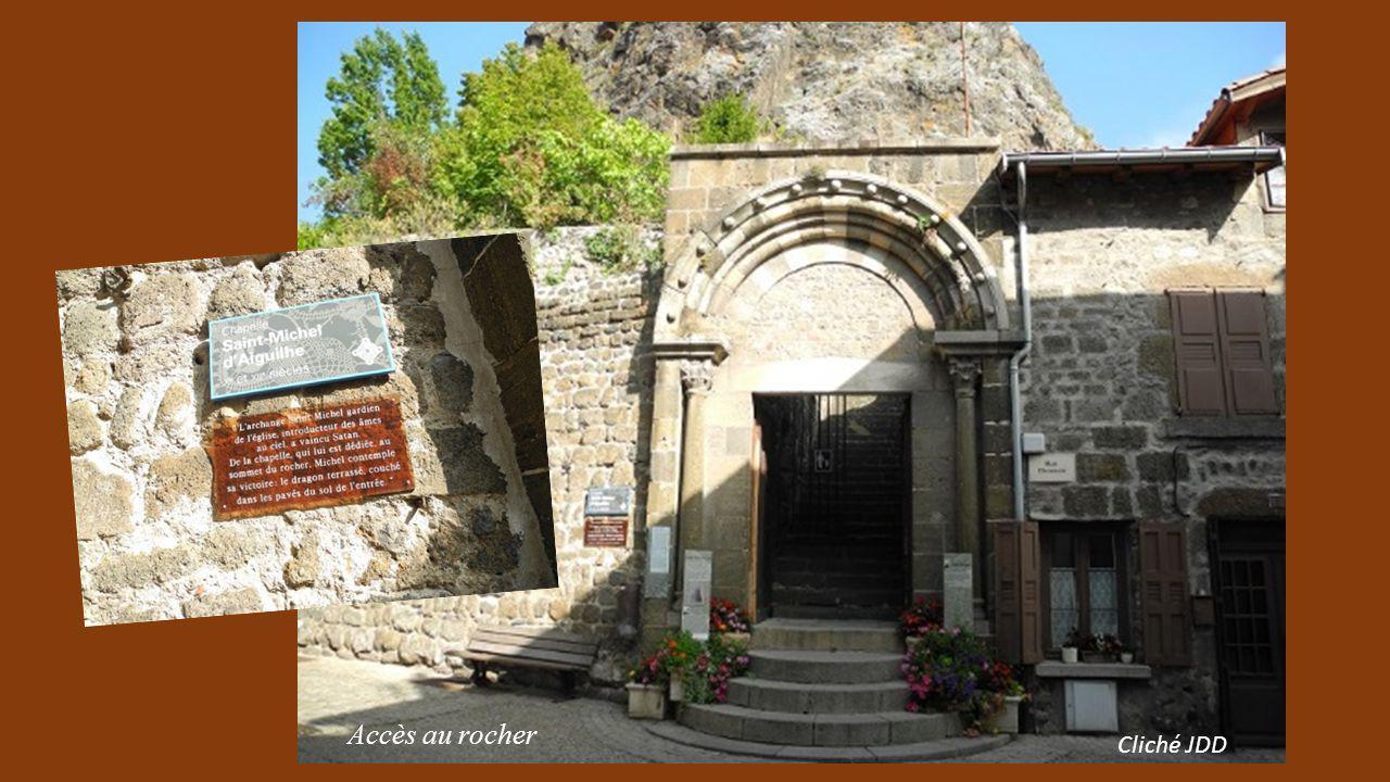 Situé au Puy en Velay (630m d'altitude) en Haute Loire au sommet d'un piton d'aiguille de lave haut de 82m accessible par un escalier de 268 marches.
