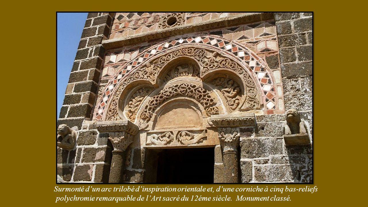 Surmonté d'un arc trilobé d'inspiration orientale et, d'une corniche à cinq bas-reliefs polychromie remarquable de l'Art sacré du 12éme siècle.