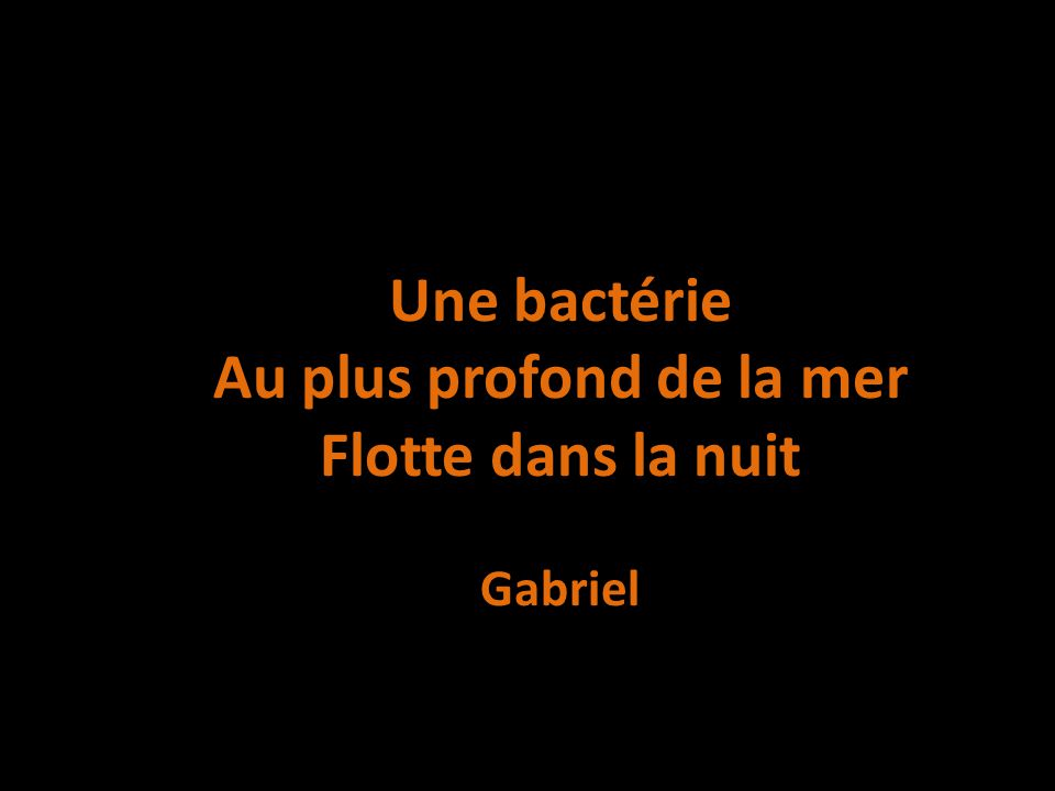 Une bactérie Au plus profond de la mer Flotte dans la nuit Gabriel