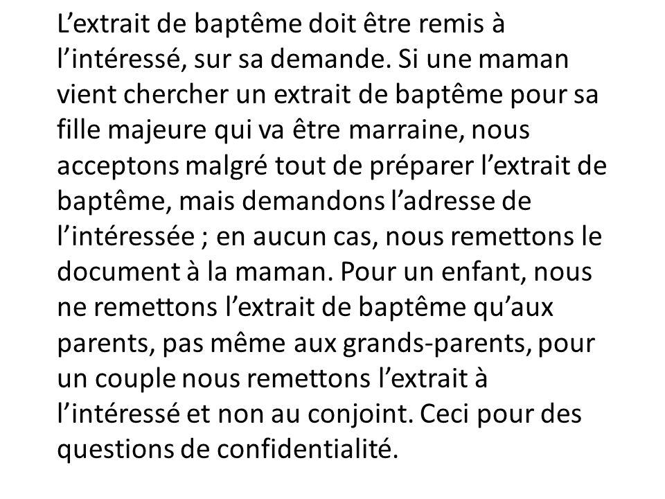 L'extrait de baptême doit être remis à l'intéressé, sur sa demande. Si une maman vient chercher un extrait de baptême pour sa fille majeure qui va êtr