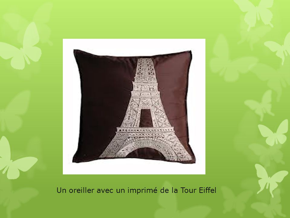 Un oreiller avec un imprimé de la Tour Eiffel
