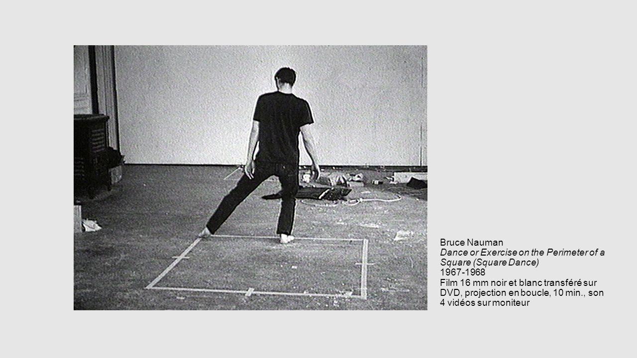 Bruce Nauman Dance or Exercise on the Perimeter of a Square (Square Dance) 1967-1968 Film 16 mm noir et blanc transféré sur DVD, projection en boucle,