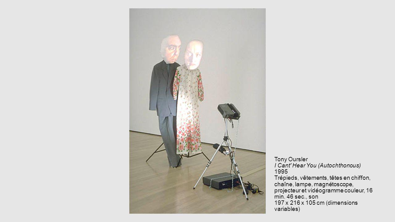 Tony Oursler I Cant' Hear You (Autochthonous) 1995 Trépieds, vêtements, têtes en chiffon, chaîne, lampe, magnétoscope, projecteur et vidéogramme coule