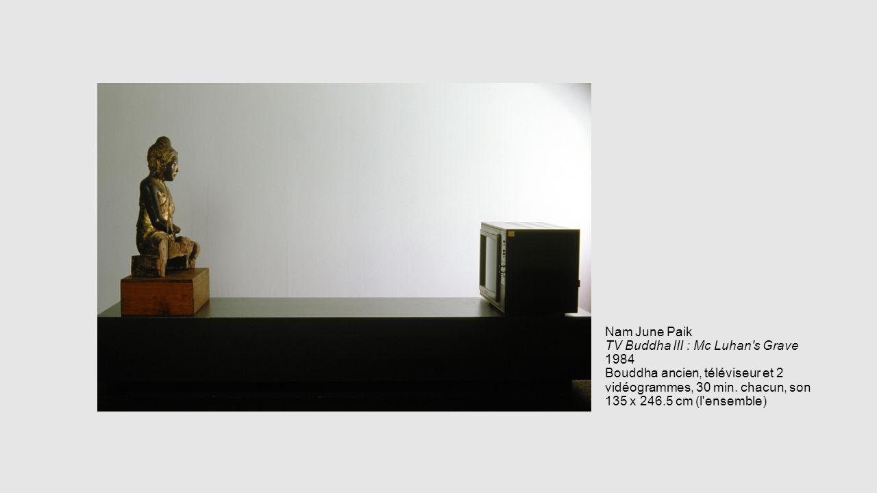 Nam June Paik TV Buddha III : Mc Luhan's Grave 1984 Bouddha ancien, téléviseur et 2 vidéogrammes, 30 min. chacun, son 135 x 246.5 cm (l'ensemble)