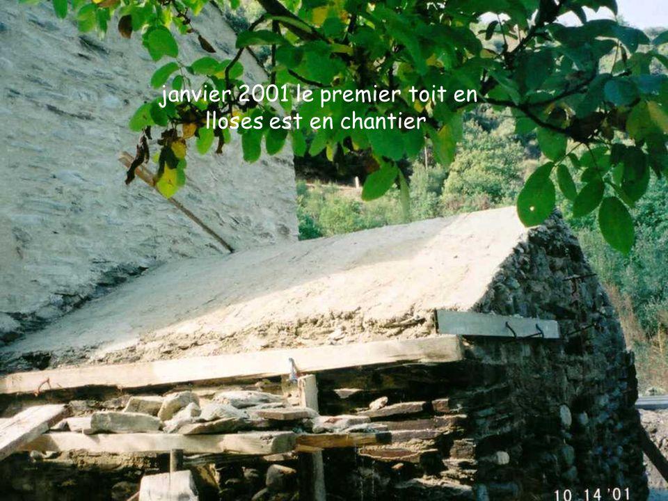 janvier 2001 le premier toit en lloses est en chantier