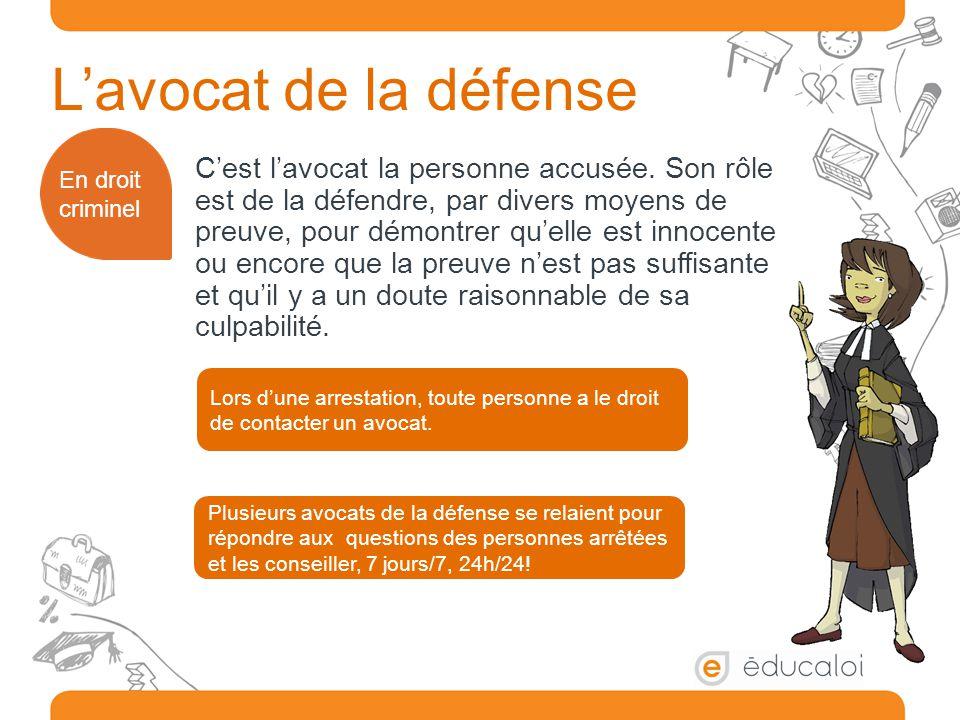 L'avocat de la défense C'est l'avocat la personne accusée. Son rôle est de la défendre, par divers moyens de preuve, pour démontrer qu'elle est innoce