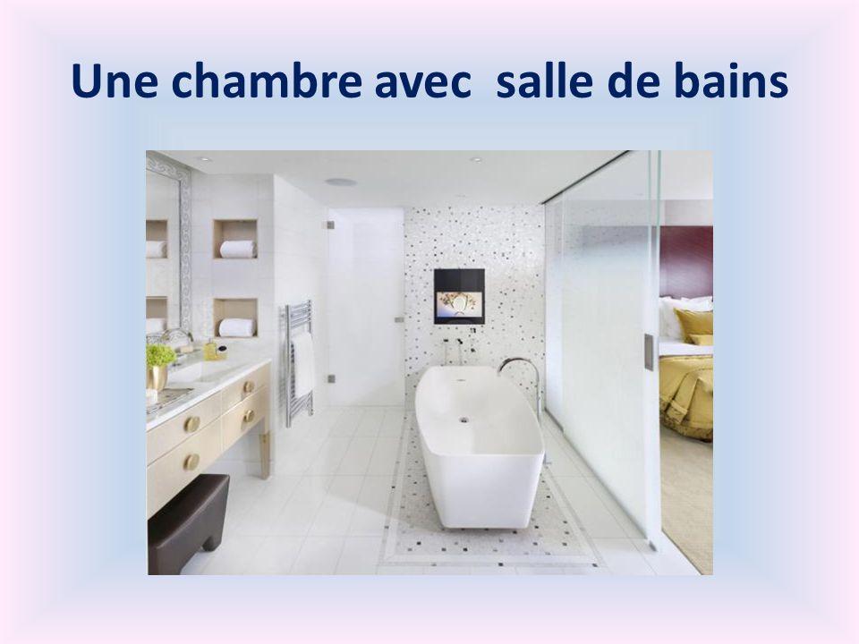 Une chambre avec salle de bains