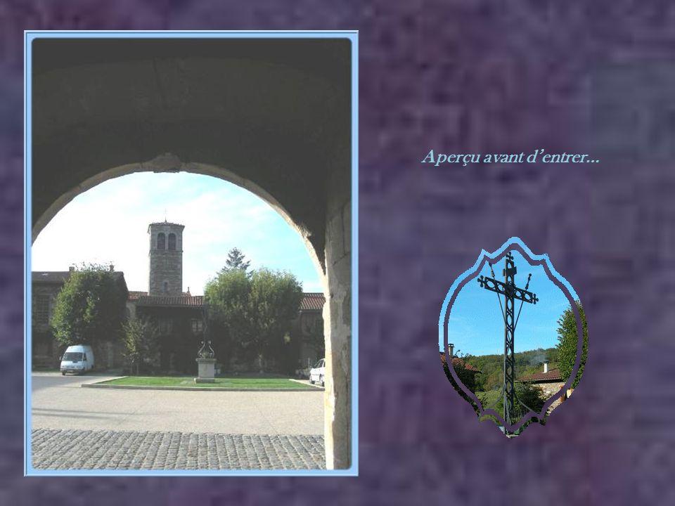 La porte, donnant accès à la première cour, date du XVIe siècle sous son aspect actuel. On y trouve la croix au-dessus du globe, entourée des sept éto
