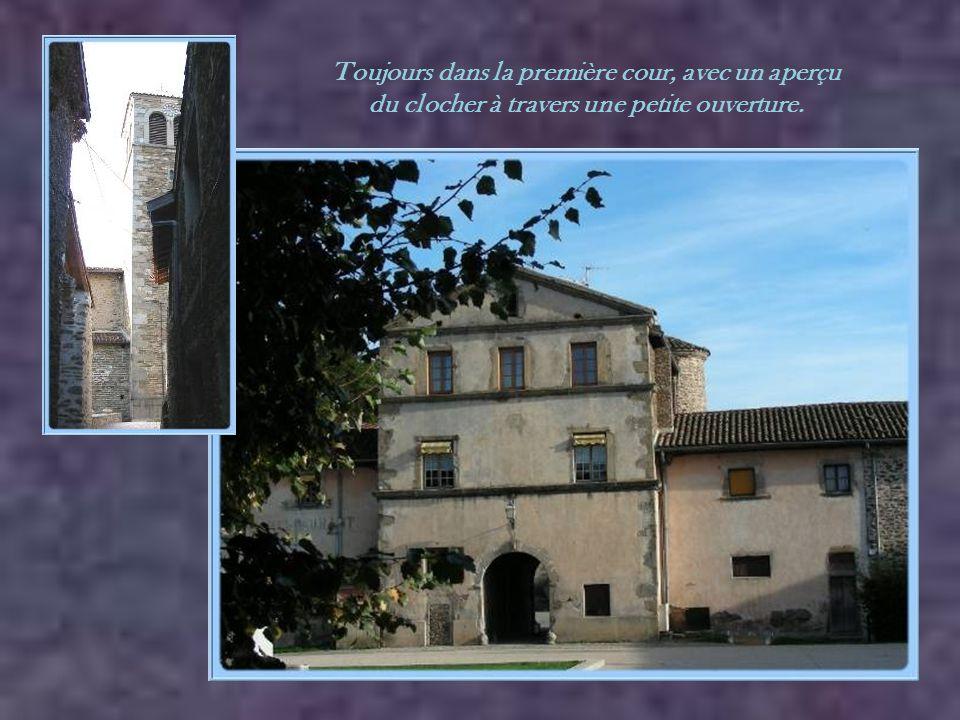 La première cour, où l'on retrouvait les logements des frères et les bâtiments dédiés au bon fonctionnement de l'ensemble de la chartreuse..