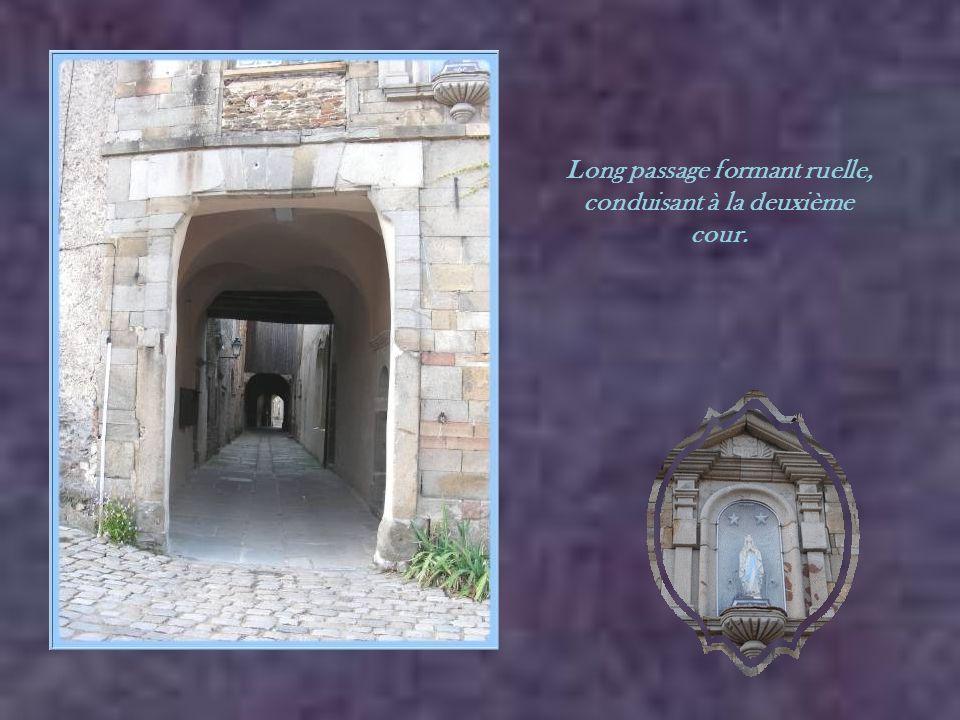 Toujours dans la première cour, avec un aperçu du clocher à travers une petite ouverture.