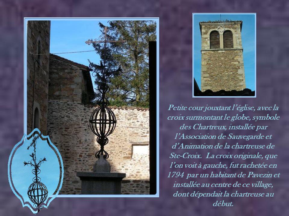 A droite, l'entrée de l'église et à gauche, l'emplacement des anciennes cuisines, où se trouvait une cheminée de 8 m de largeur…