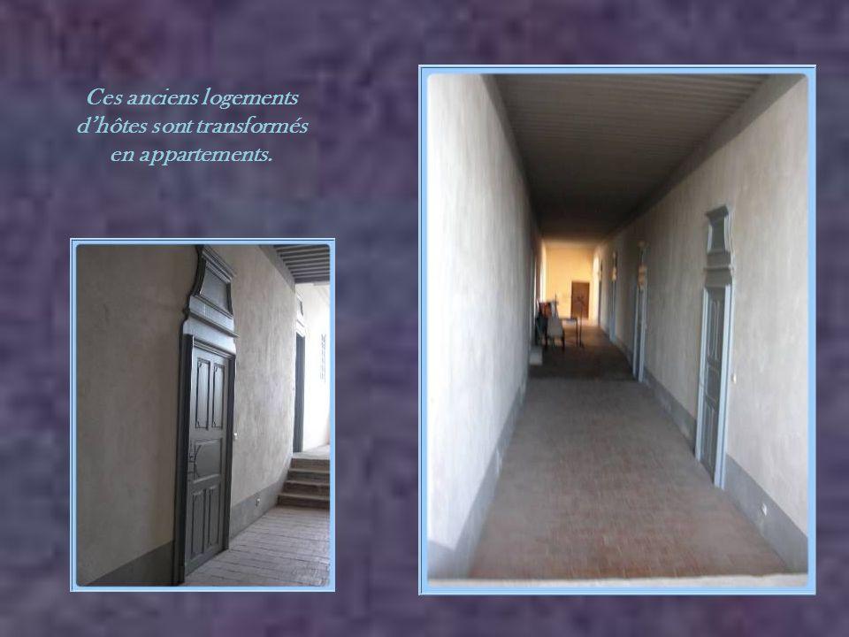 Ce grand escalier conduisait au logement des hôtes. On y remarque le globe des Chartreux.