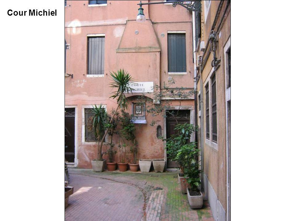 Porche et Cour Michiel