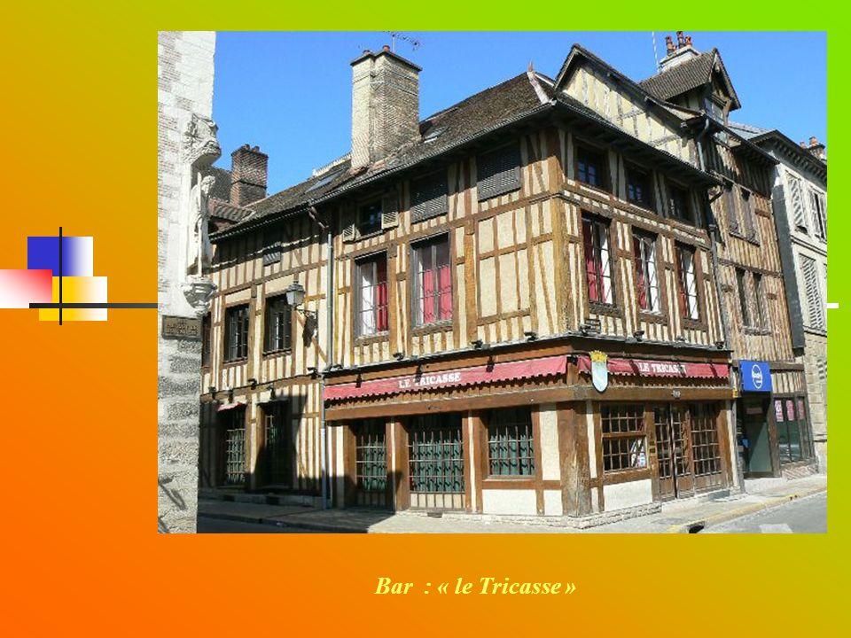 TROYES La Cité des TRICASSES Déambulation au travers des rues de la cité Bar : « le Tricasse »