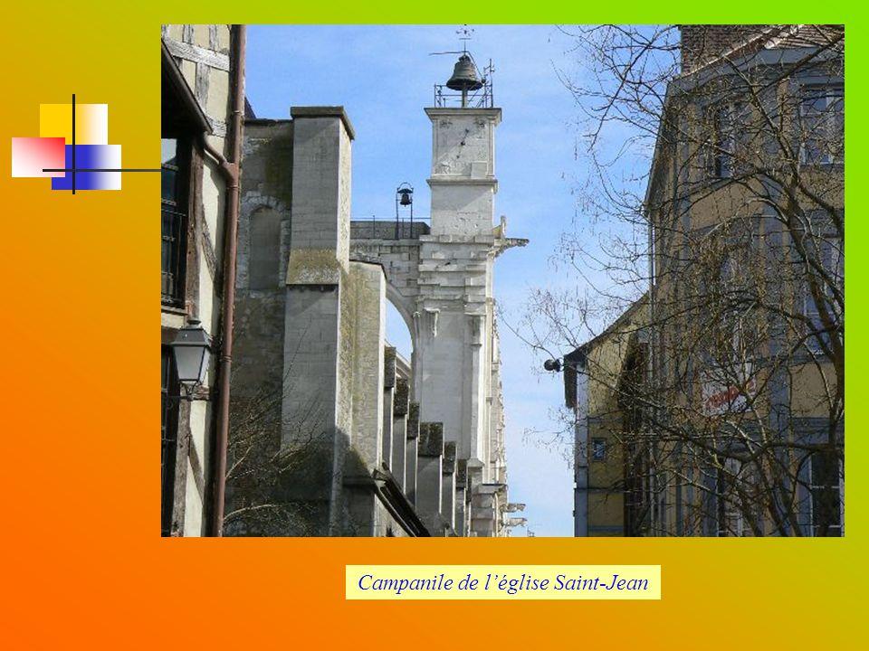 Rue Urbain IV et campanile église Saint-Jean
