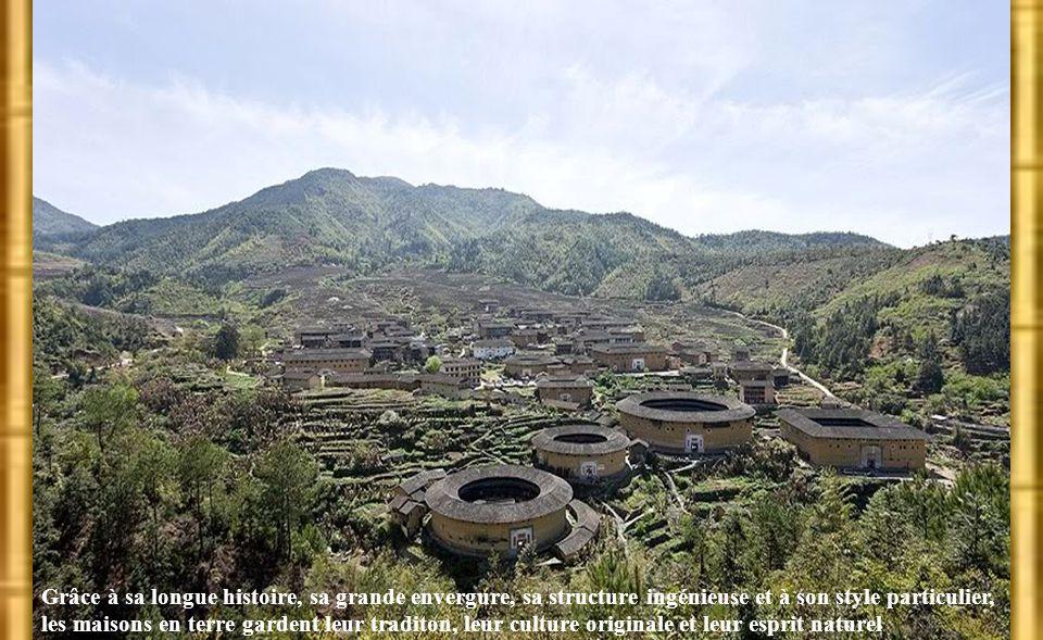 Maisons de terre dans l'Est de la Chine 中国国际广播电台 Les maisons de terre désignent les batisses construites en terre et en bois. Les villages Hakka du su