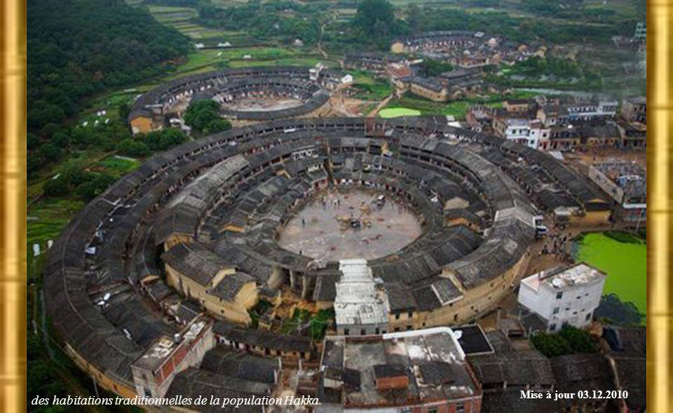 Yuchanglou, construit au 14e siècle, il compte 5 étages et 54 pièces sur chaque étage. Le bâtiment se divise en 5 unités (par l'escalier) pour 5 grand