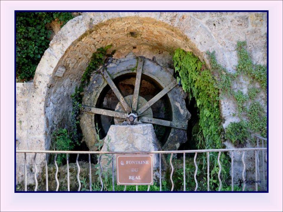 Roue à aube du Réal Le Biez dit ruisseau des écrevisses traverse le village et met en mouvement un grand nombre d'engins notamment un moulin à papier