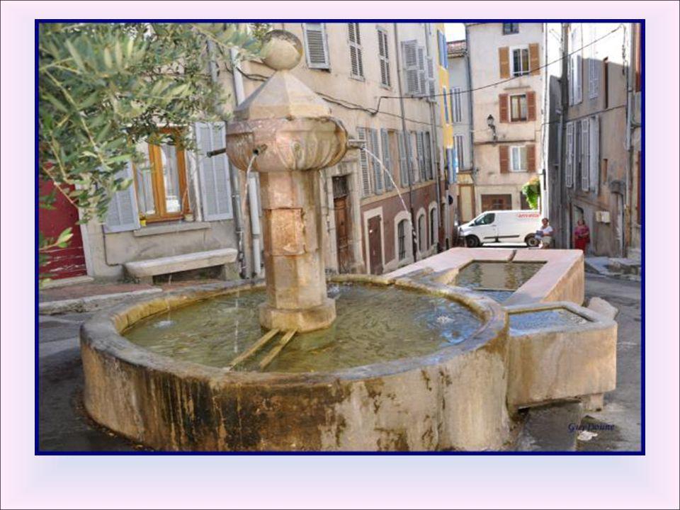 Fontaine de l'abattoir : Cette fontaine était alimentée autrefois par un canal qui coulait par intermittence. Cachée sous les décombres, elle fut déco