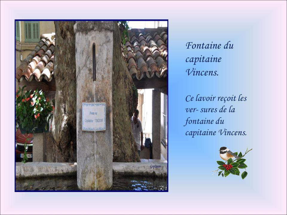La fontaine de l'espoir: Située au fond d'une cour, sur la droite de la place huit mai, cette fontaine est entourée de carrelage vert clair. Elle port