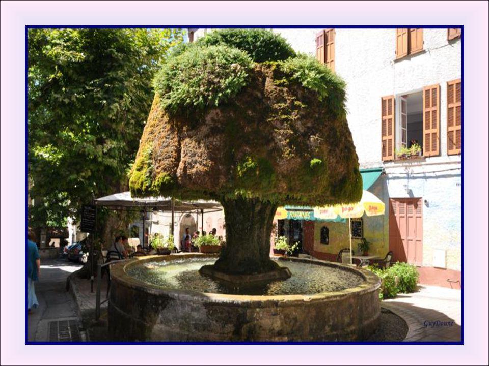 Fontaine du champignon: Probablement la plus célèbre de Barjols. On ne sait pas quelle était la forme originelle de la fontaine, mais elle était certa