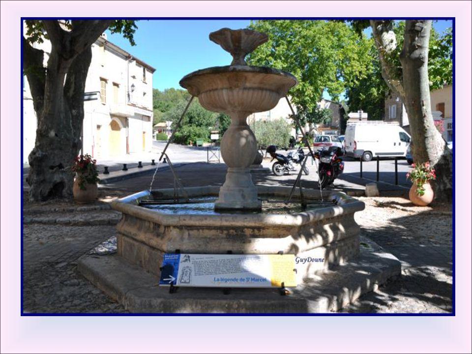 Fontaine du bœuf et du lavoir: Sa forme est harmonieuse : l'eau coule d'une petite vasque au-dessus des piliers centraux dans un bassin octogonal. Cet