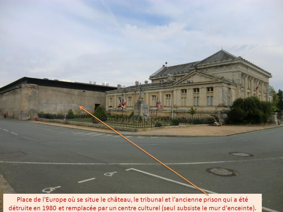 Place de l Europe où se situe le château, le tribunal et l ancienne prison qui a été détruite en 1980 et remplacée par un centre culturel (seul subsiste le mur d enceinte).