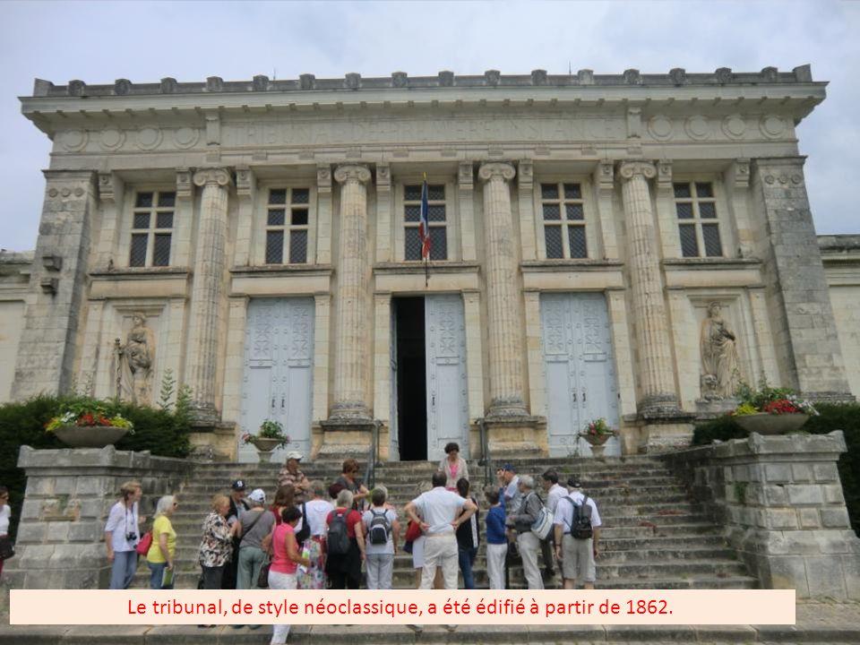 Place de l'Europe où se situe le château, le tribunal et l'ancienne prison qui a été détruite en 1980 et remplacée par un centre culturel (seul subsis