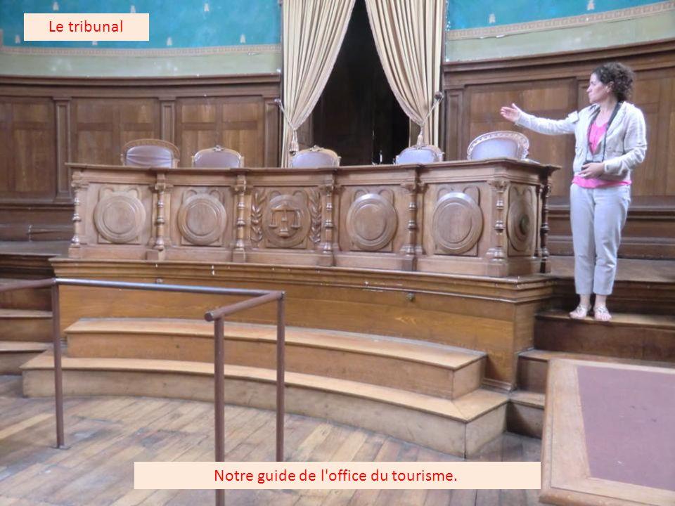 Le blason de la ville de Baugé représentant la citadelle. Le tribunal
