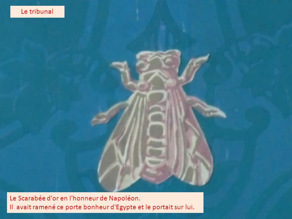 Sur les murs on retrouve le porte bonheur de Napoléon en forme de Scarabée (points).