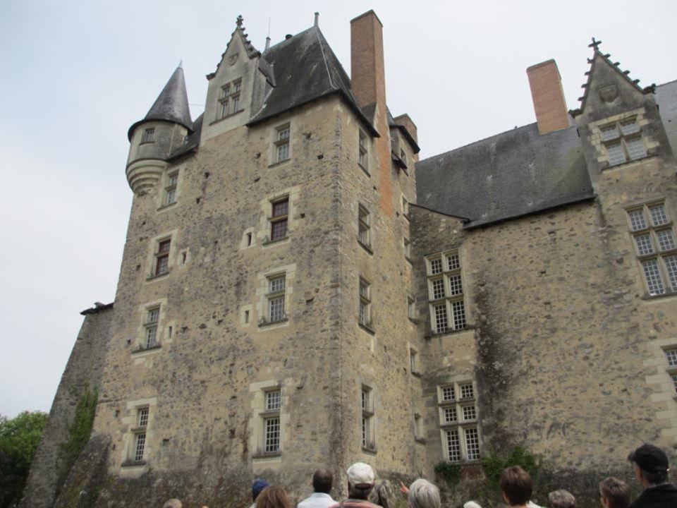 La façade arrière du château donnant sur le jardin bouquetier planté en souvenir de René d'Anjou.