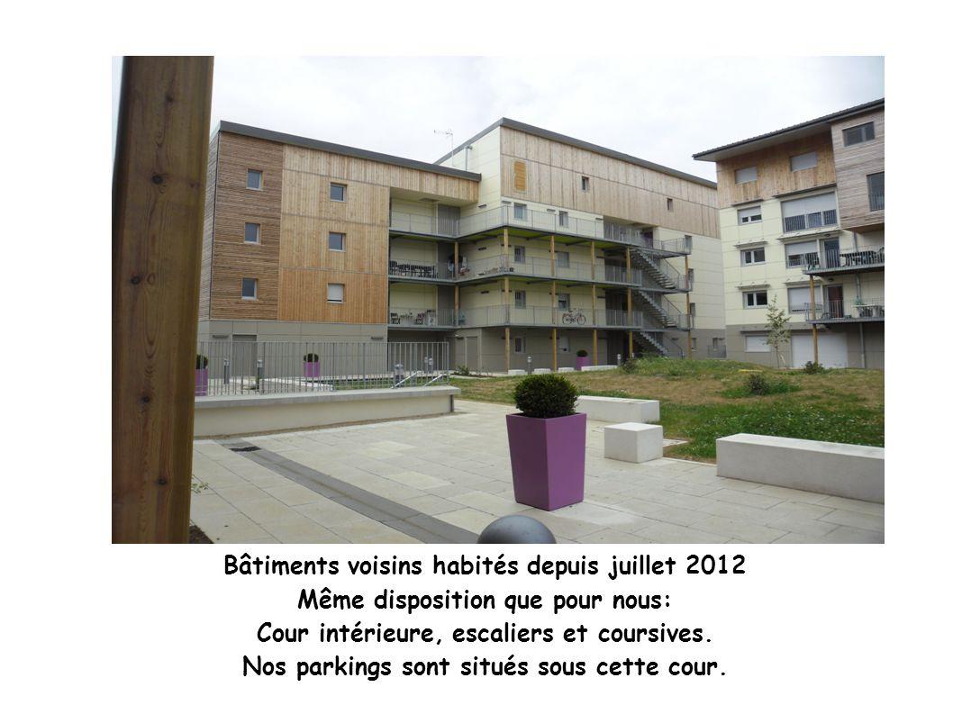 Bâtiments voisins habités depuis juillet 2012 Même disposition que pour nous: Cour intérieure, escaliers et coursives.