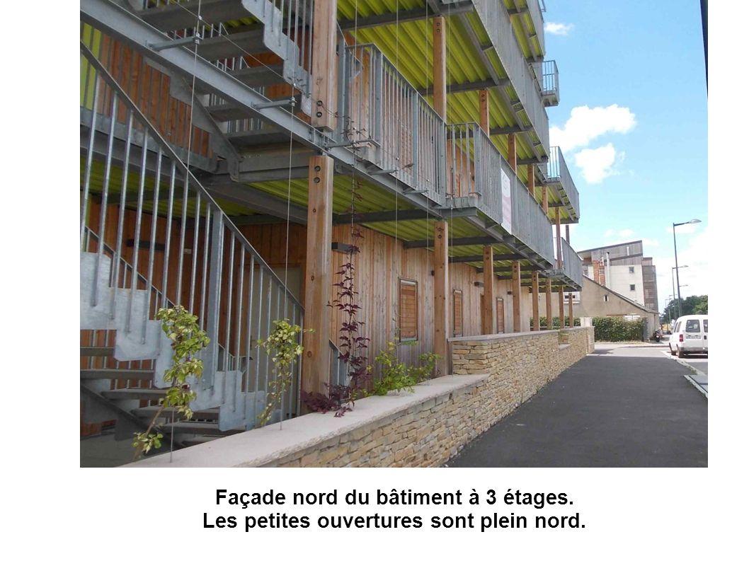 Façade nord du bâtiment à 3 étages. Les petites ouvertures sont plein nord.
