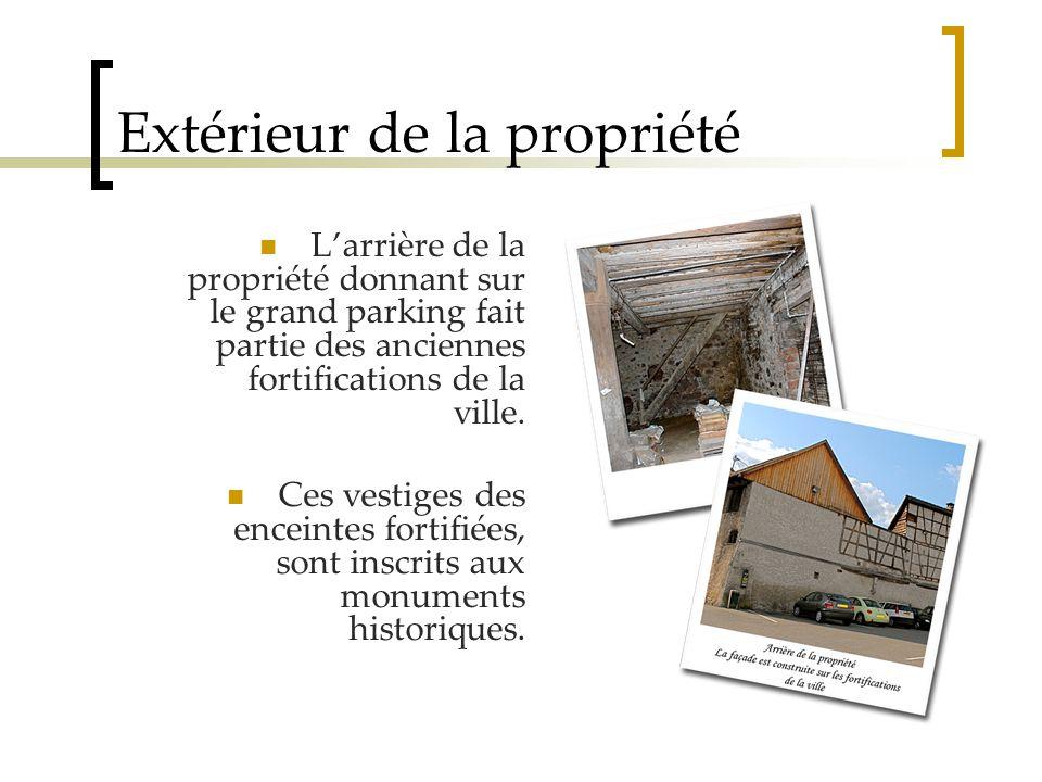Extérieur de la propriété L'arrière de la propriété donnant sur le grand parking fait partie des anciennes fortifications de la ville.