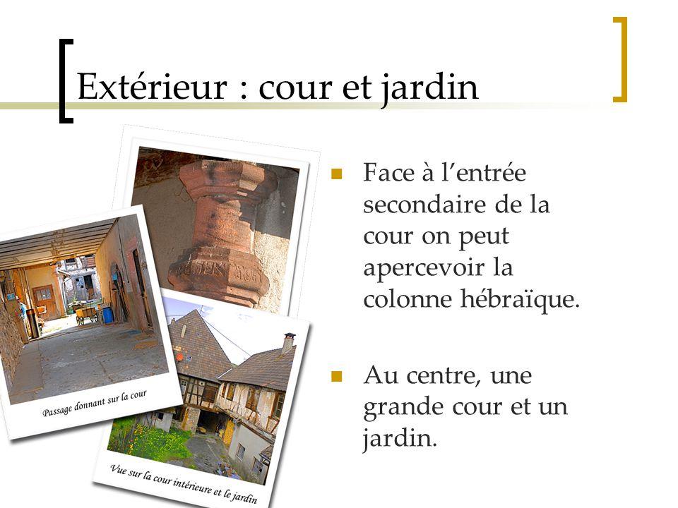 Extérieur : cour et jardin Face à l'entrée secondaire de la cour on peut apercevoir la colonne hébraïque.