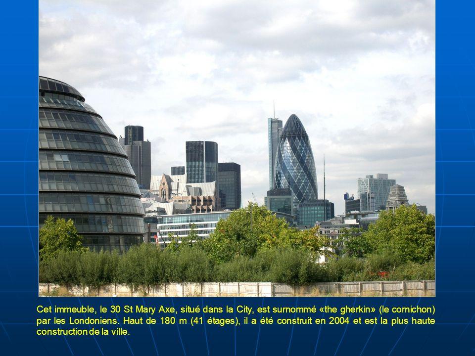 Cet immeuble, le 30 St Mary Axe, situé dans la City, est surnommé «the gherkin» (le cornichon) par les Londoniens.