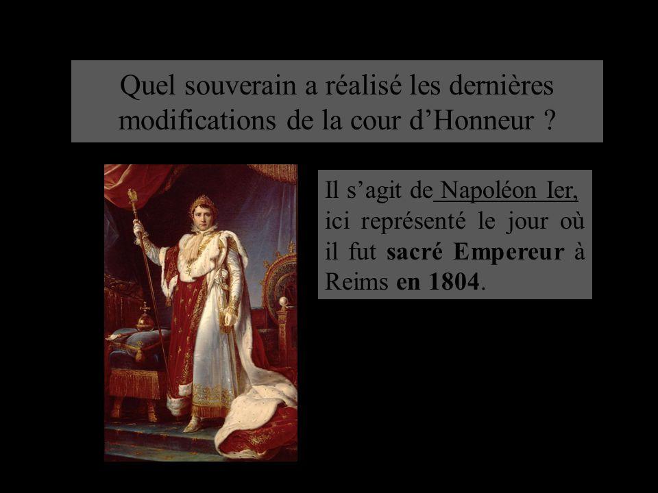 Quel souverain a réalisé les dernières modifications de la cour d'Honneur ? Il s'agit de Napoléon Ier, ici représenté le jour où il fut sacré Empereur