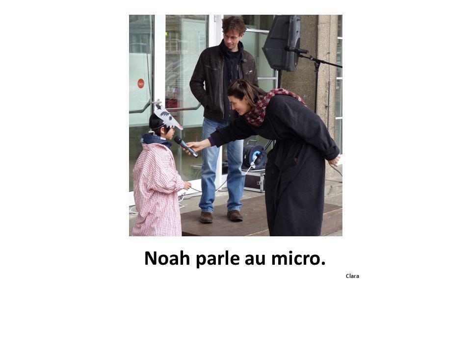 Noah parle au micro. Clara