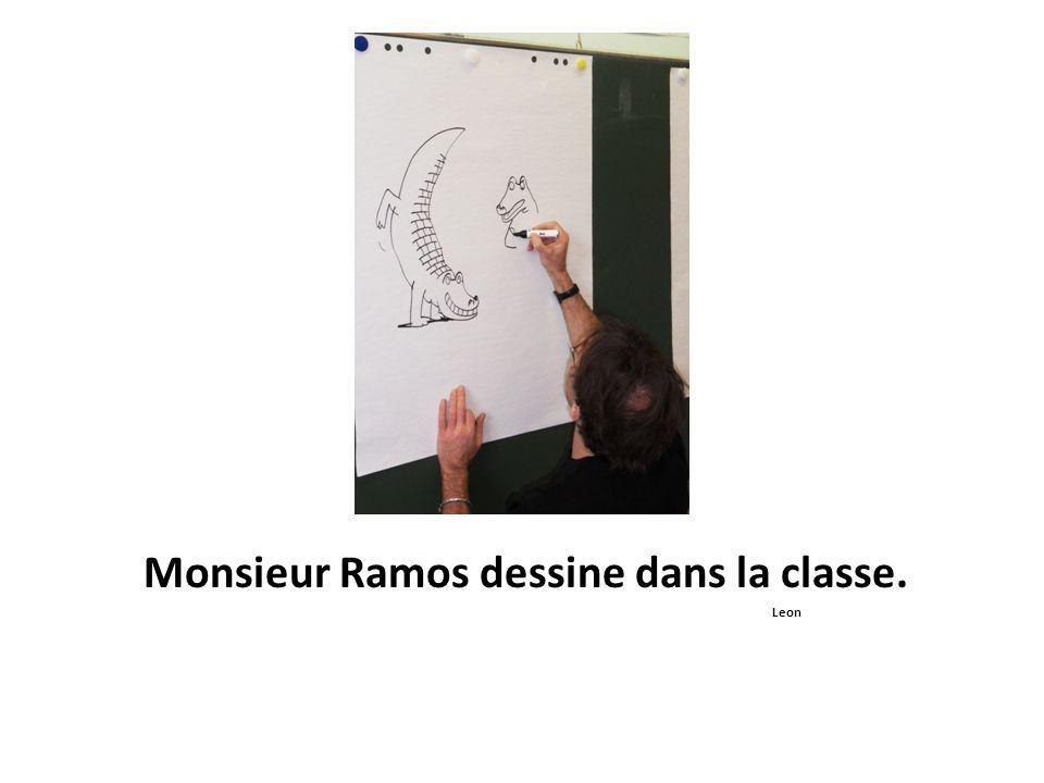 Monsieur Ramos dessine dans la classe. Leon