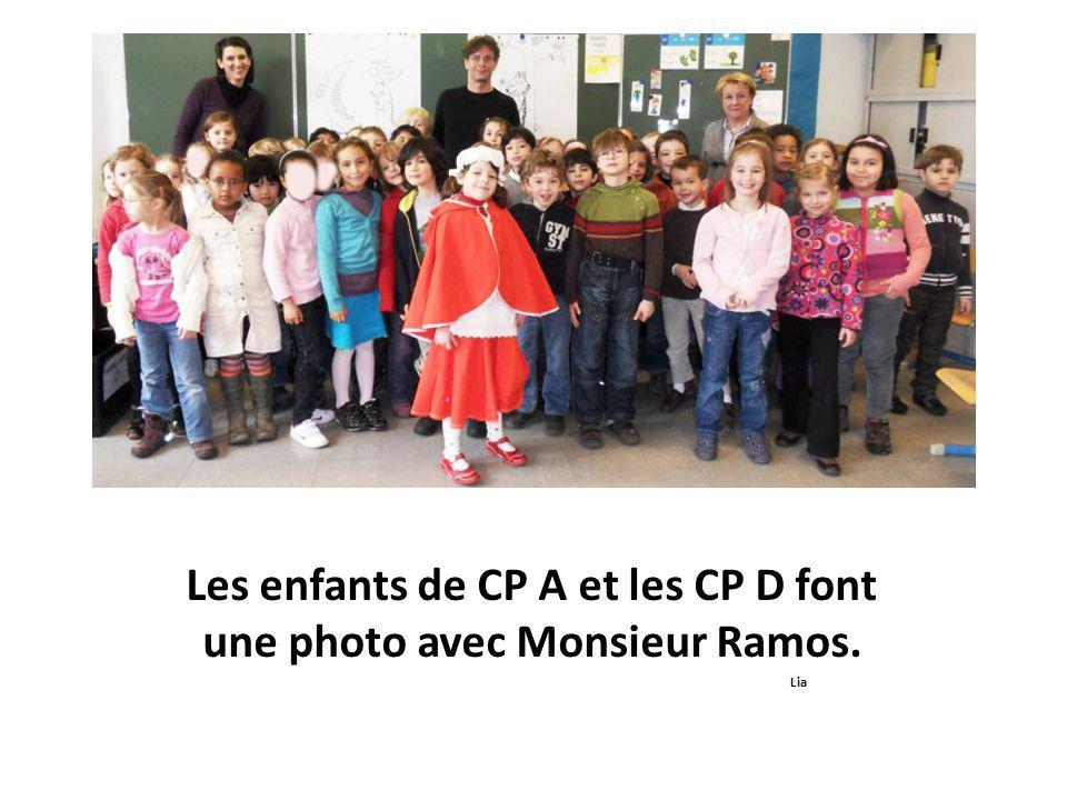 Les enfants de CP A et les CP D font une photo avec Monsieur Ramos. Lia