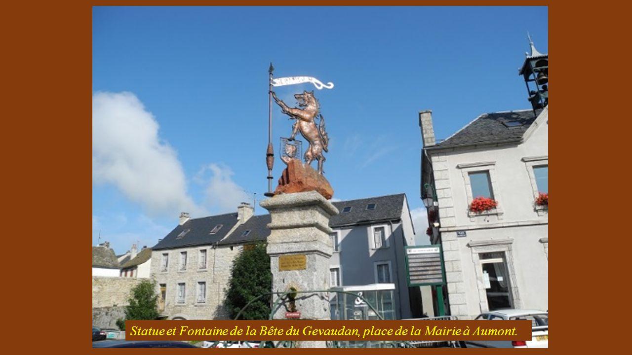 Statue et Fontaine de la Bête du Gevaudan, place de la Mairie à Aumont.