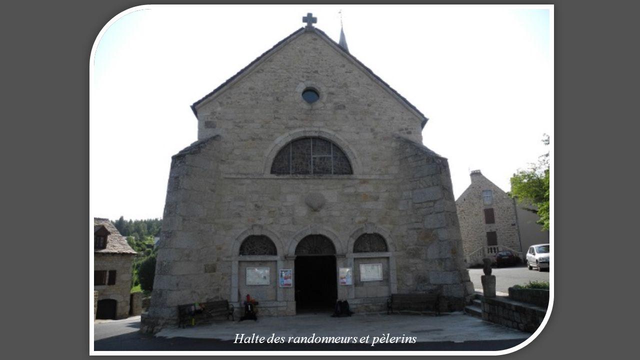 Eglise de Saint ALBAN de style roman Abside riche au toit arrondi, surmonté d'un clocher-mur à 3 baies (1891) intérieur sobre.