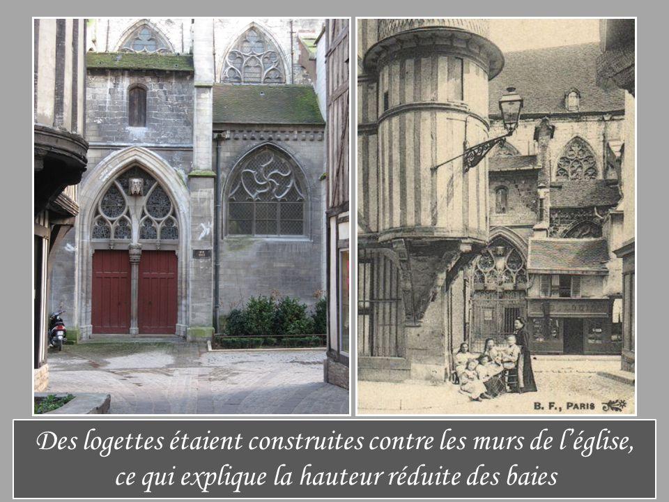 Des logettes étaient construites contre les murs de l'église, ce qui explique la hauteur réduite des baies