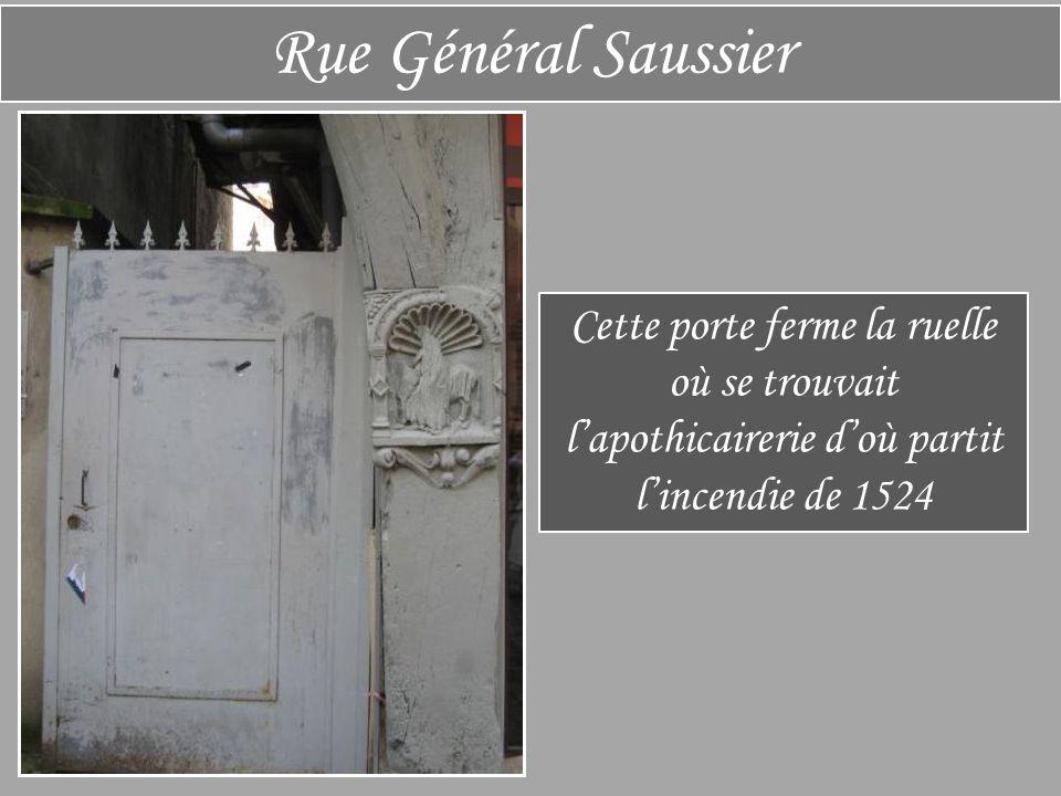 Rue Général Saussier Cette porte ferme la ruelle où se trouvait l'apothicairerie d'où partit l'incendie de 1524