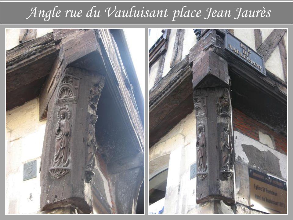 Angle rue Turenne Place Jean Jaurès La maison des chanoines Elle se trouvait à l'origine à l'emplacement du collège St-Bernard qui fut démoli La façad