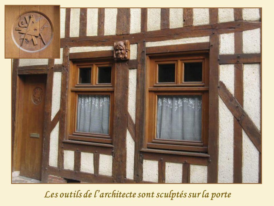 Les outils de l'architecte sont sculptés sur la porte